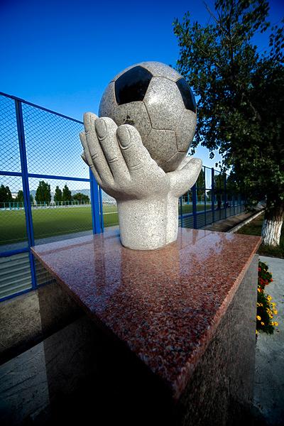 Памятник то ли мячу, то ли футболисту, то ли всему футболу