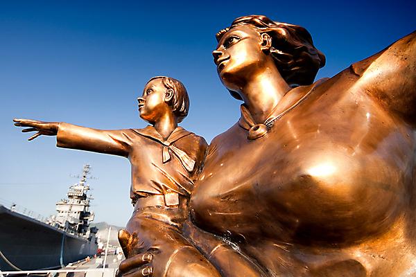 Скульптурная композиция на морском вокзале Новороссийска